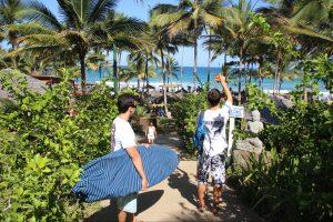 foto na praia de itacarezinho