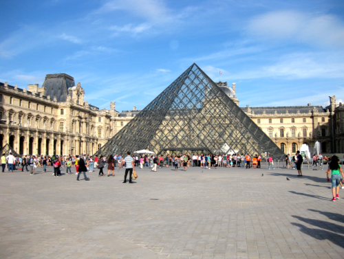 piramide do Louvre em Paris