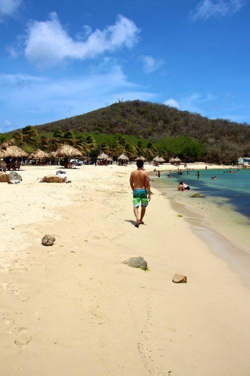 leo andando na praia de cas Abou