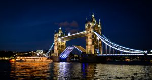 Foto da Tower Bridge aberta
