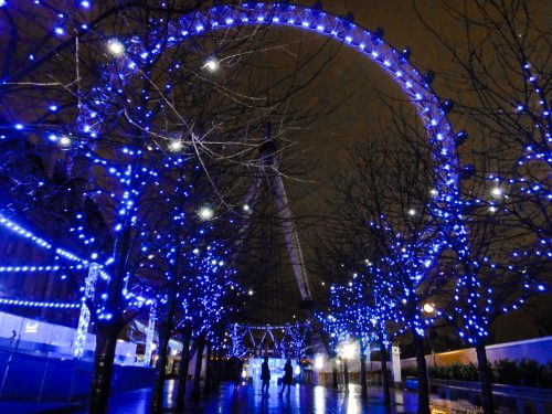 Foto da London Eye iluminada à noite