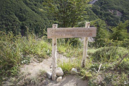 placa de aviso sobre o vento na trilha para a base das torres el paine