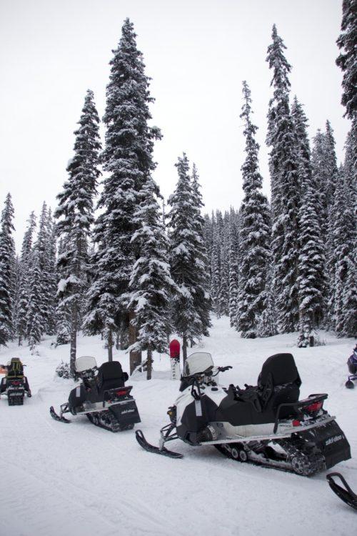 snowmobile nas montanhas