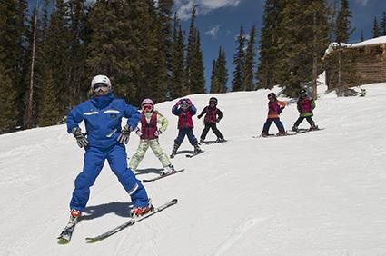 esquiadores fazendo pizza para frear