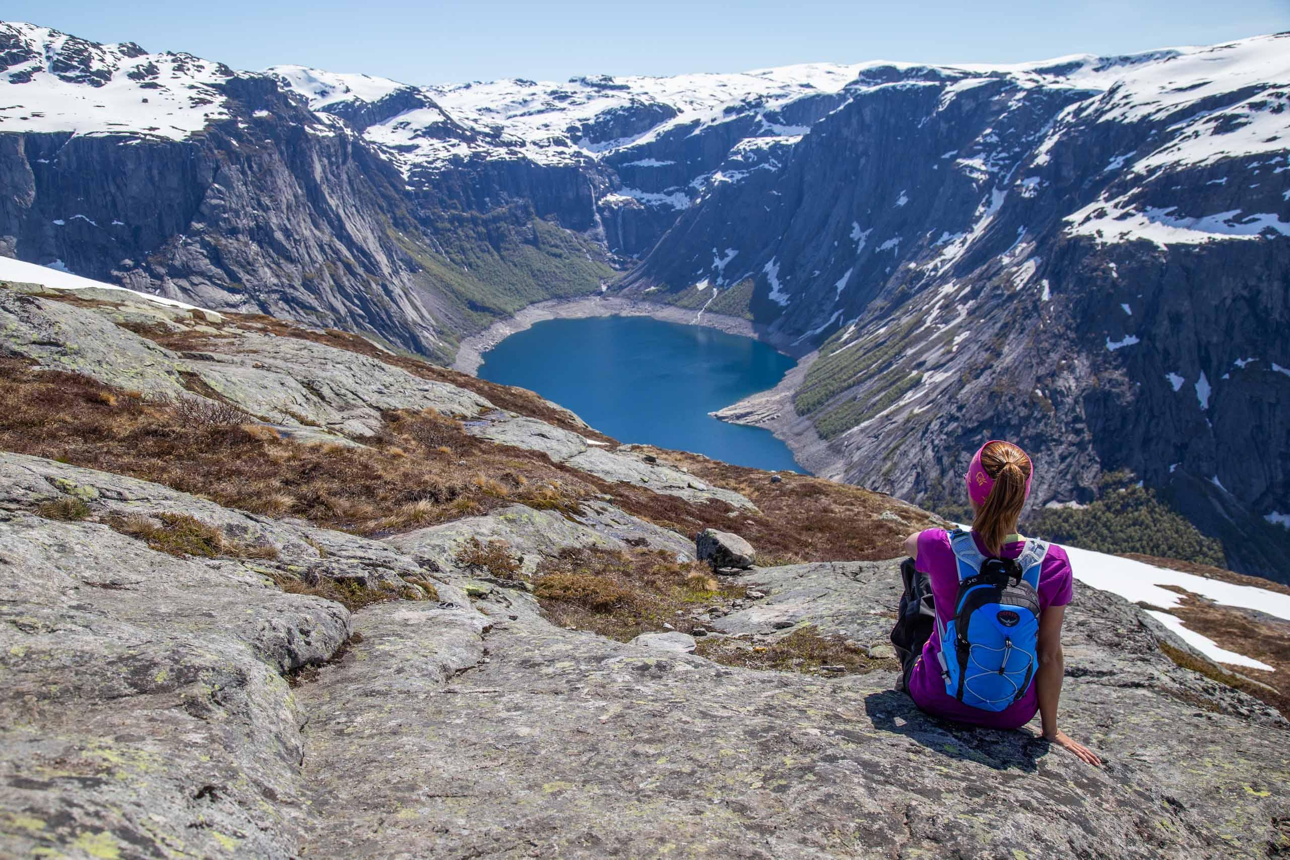 vista do lago na trilha de trolltunga mais de perto