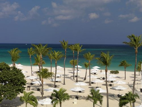 praia do hotel bucuti em aruba