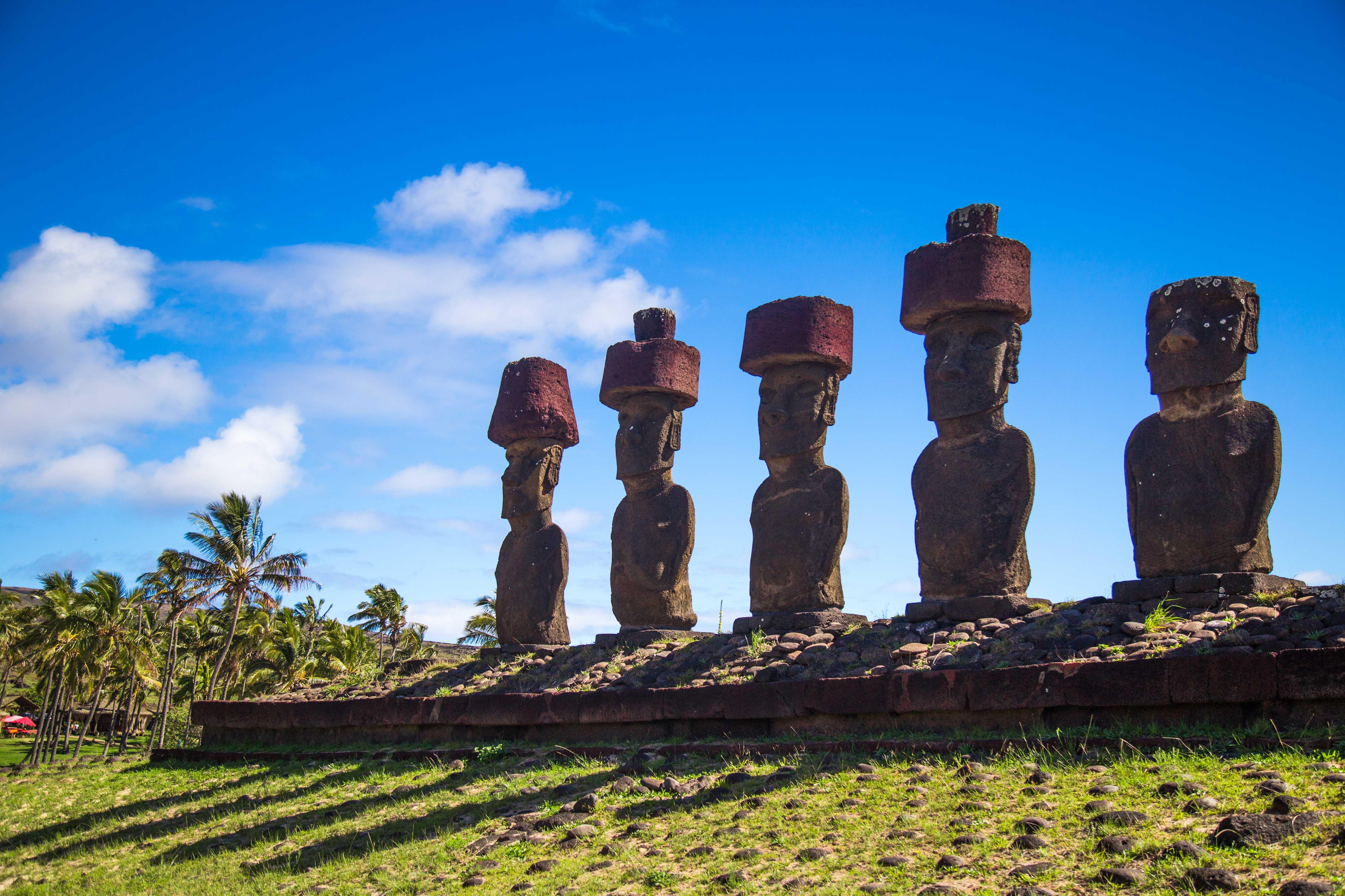 Moais em Anakena (esculturas Rapa Nui)