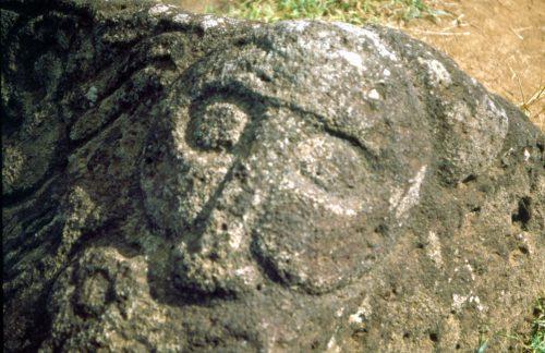 Deus Makemake marcado na pedra