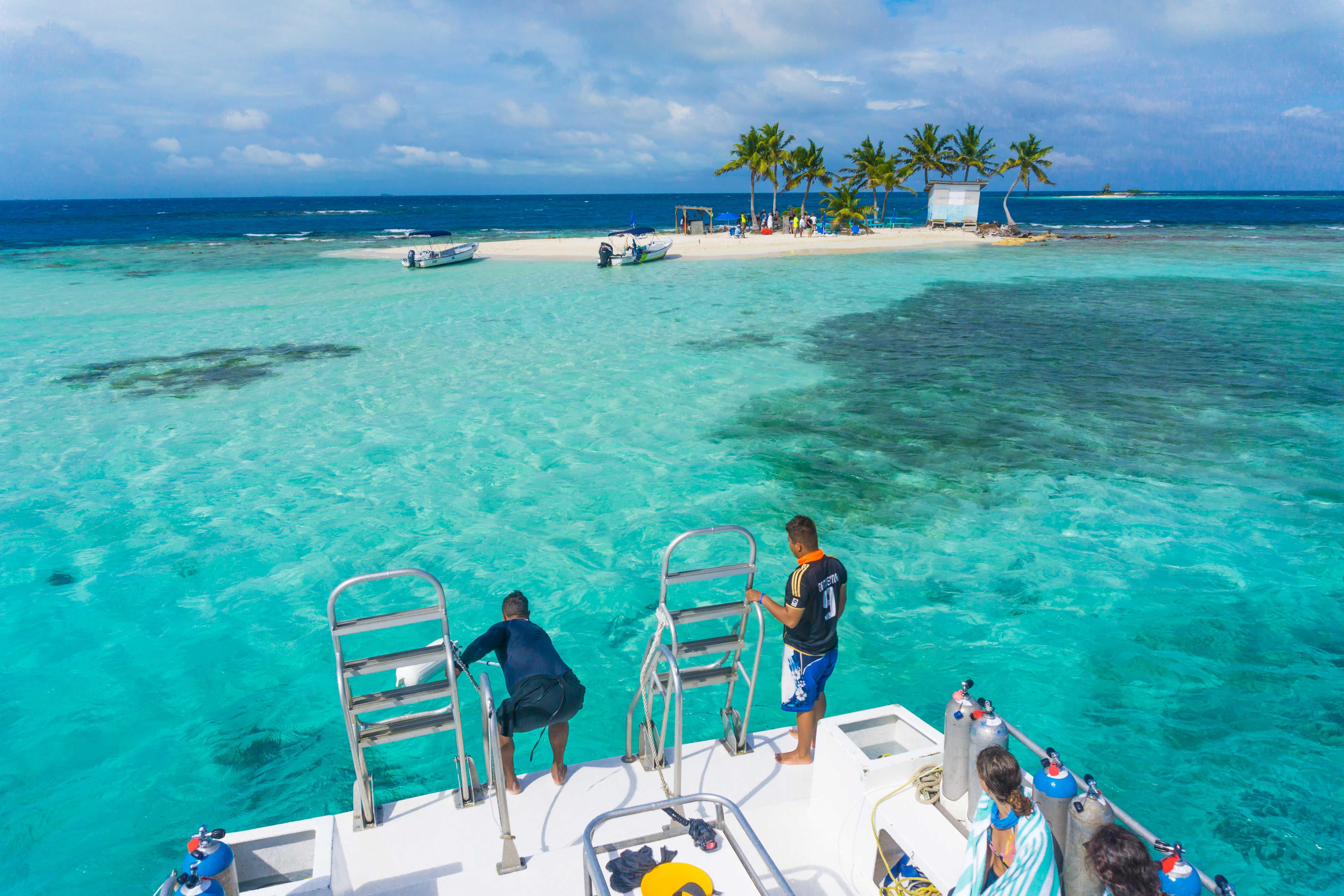 foto do barco do mergulho chegando em placencia, Belize