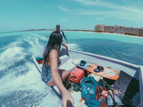 indo de barco para o ponto de kitesurf em aruba