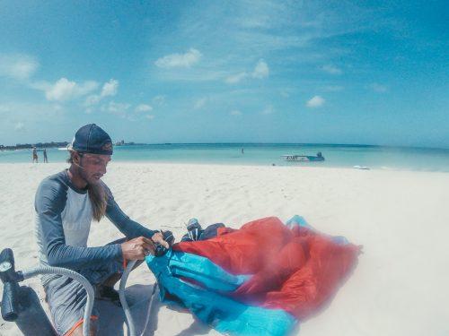 inflando a pipa do kite em aruba