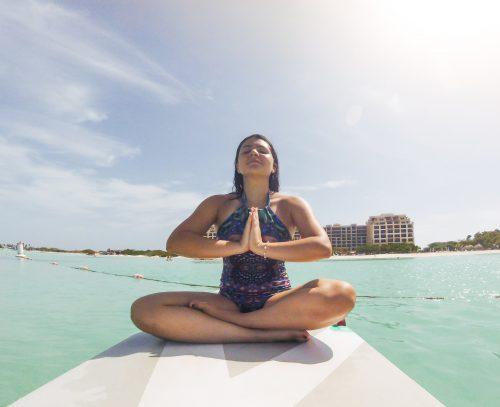 bianca praticando sup yoga em aruba