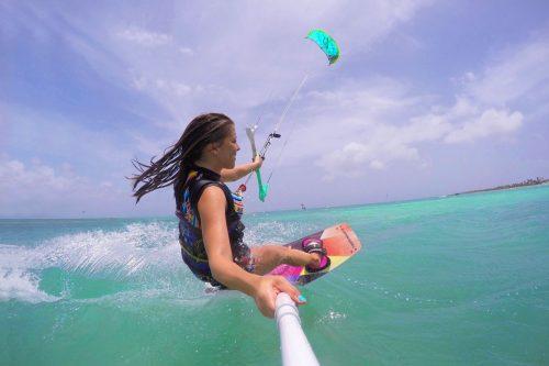 instrutora praticando esporte em aruba