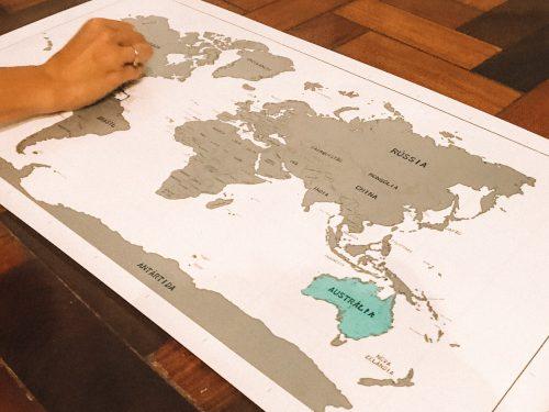 presentes para apaixonados por viagens: mapa de raspar