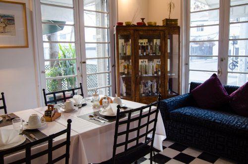 Onde ficar em Santiago salão de café da manhã