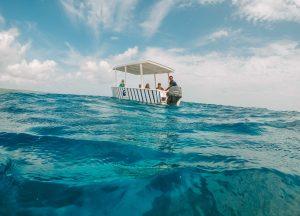 barco em mar azul da Jamaica
