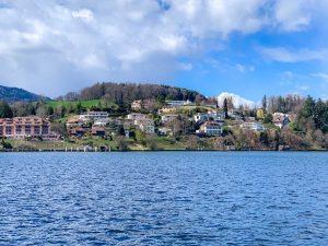 vila vista do barco no lago lucerna