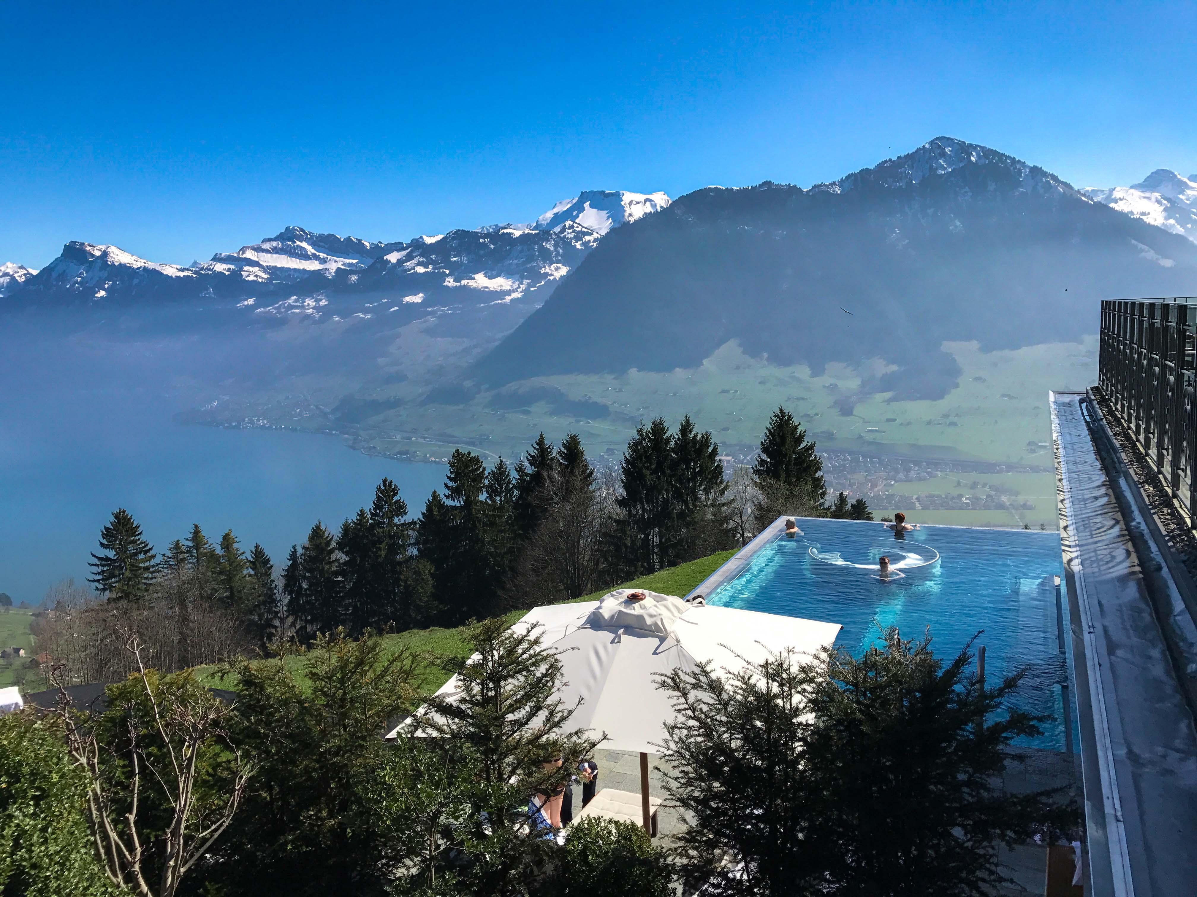 foto da piscina e vista do hotel villa honegg - lucerna