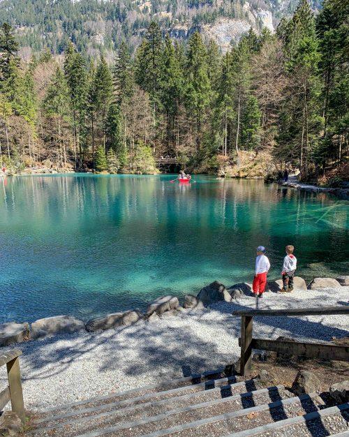 crianças no lago Blausee