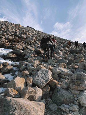 pedras no caminho à base das torres