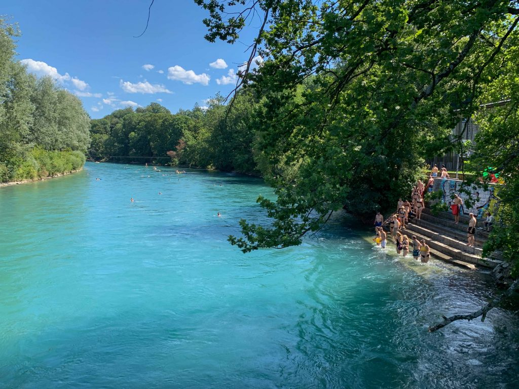 O que fazer em Berna - nadar no rio durante o verão na Suíça