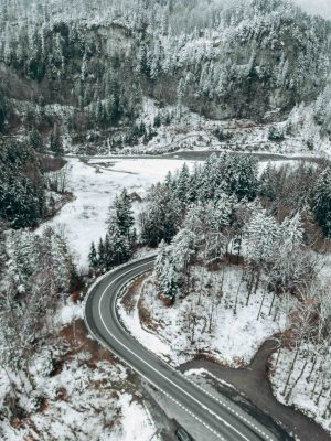 estrada nevada na suíça no inverno