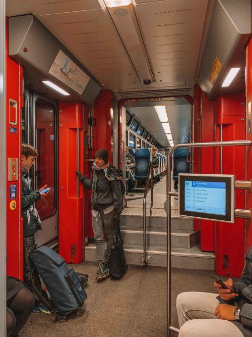 dentro de um trem no roteiro de inverno na suíça