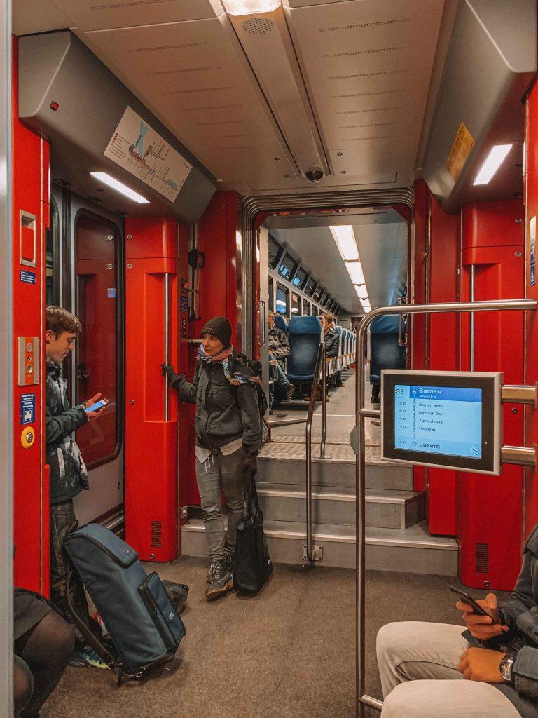 dentro de um trem no roteiro na suíça