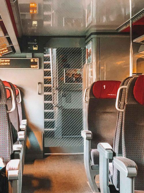 1st class no trem no roteiro de inverno na suíça