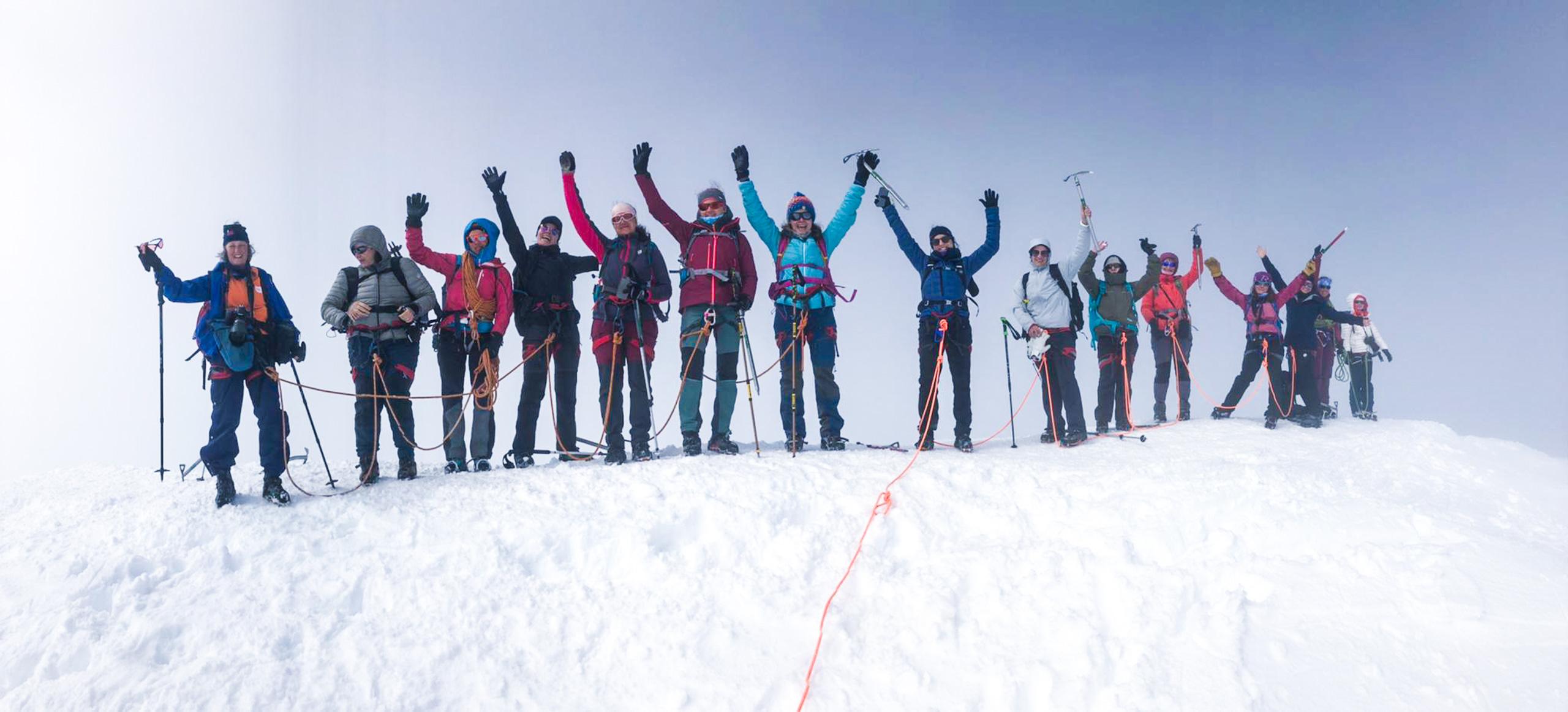 grupo feliz no topo do Breithorn