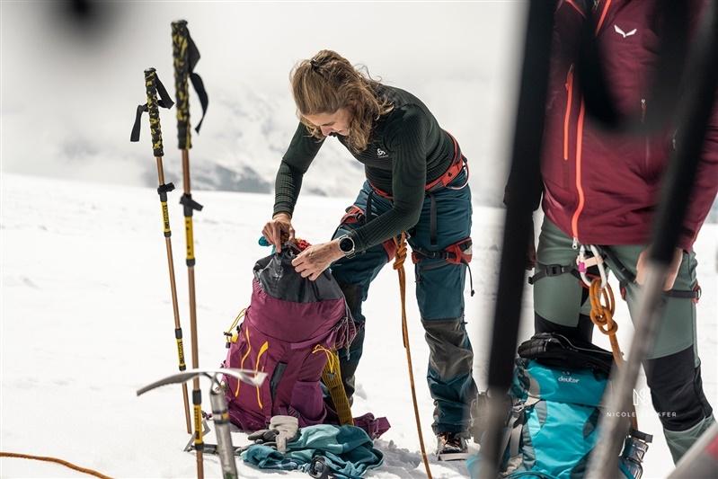 arrumando equipamentos para descer a montanha breithorn