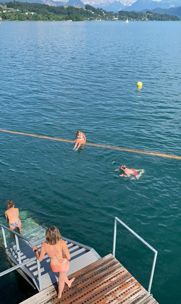 aproveitando o verão na suíça no Badi em Lucerna